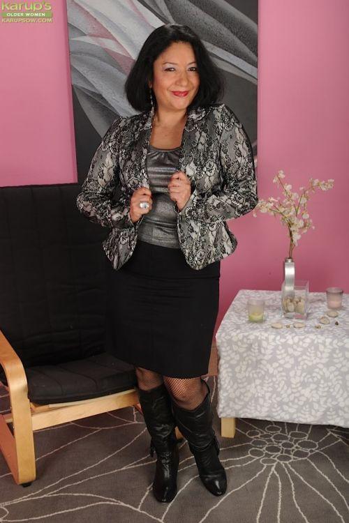 Big tits mature fatty Isis Fajardo poses in her sexy stockings